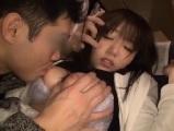バスにて、素人女性の潮吹き無料siofuki動画。夜行バスで隣席の男性に寝込みを襲われハメられちゃう超敏感な潮吹き女子