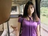 電車にて、人妻の無料jukujyo動画。セックスレスで欲求不満な人妻が電車内で男性に誘惑な視線を送って・・・