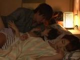 彼女の友達が泊まりに来て寝ている横で彼女とエッチしちゃう彼氏