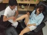 姉のマッサージ無料H動画。足ツボマッサージをされただけでパンティを濡らしちゃう超敏感体質なお姉さん