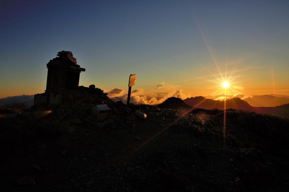 朝陽の中の山頂