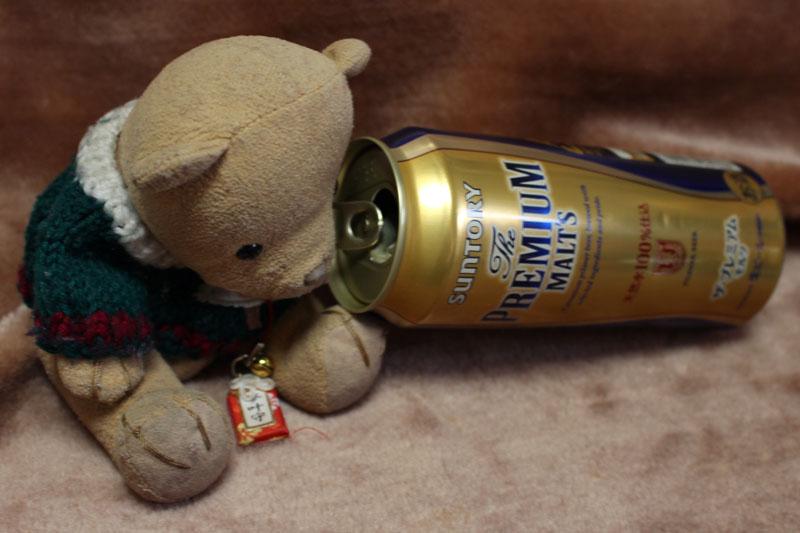 プレミアムモルツの空き缶を覗き込む