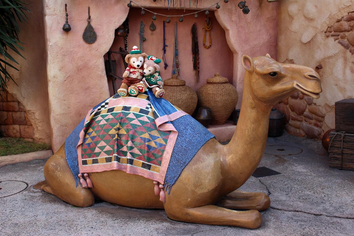 ラクダに乗るダッフィーとシェリーメイ