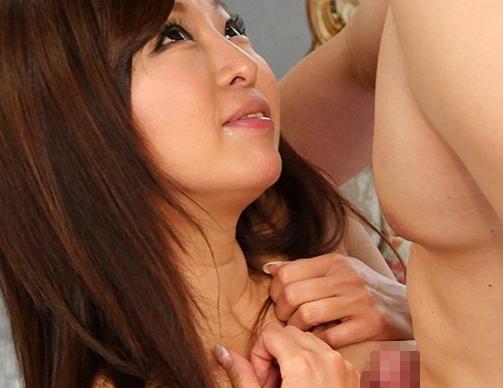 中出しされる度に膣奥で絶頂する巨乳お姉さんの生足コキの脚フェチDVD画像1