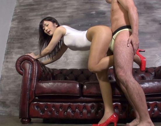 ムレムレな美脚パンストで足コキ責めする美女にフル勃起の脚フェチDVD画像5