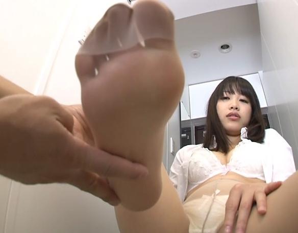 人妻が蒸れて湿ったパンストの爪先や足裏でエロい足コキ抜きの脚フェチDVD画像1