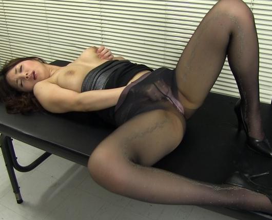 熟女OLのパンスト爪先をペロペロ舐めながら着衣SEXの脚フェチDVD画像1