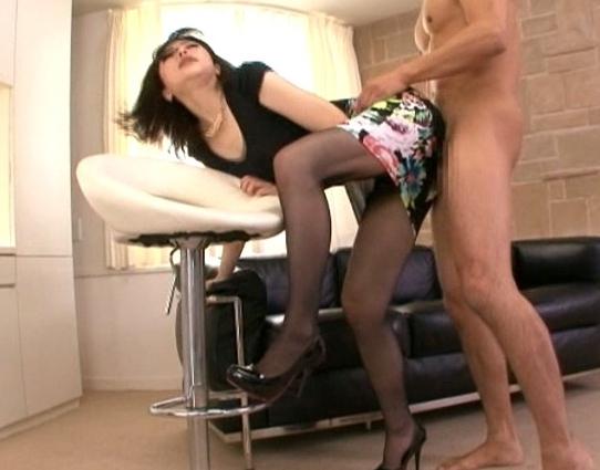 フェロモン漂うタイトスカートにパンスト美脚お姉さんと着衣SEXの脚フェチDVD画像2