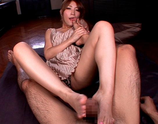 精子大好き痴女が生足コキとフェラで射精させて精液ごっくんの脚フェチDVD画像1