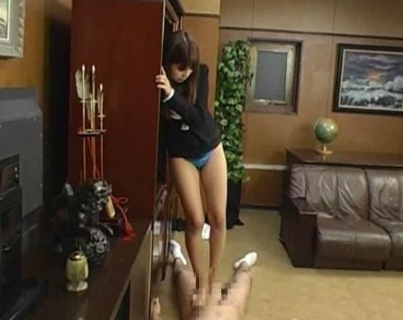 ドエス過ぎる女教師が蒸れた黒パンスト美脚で足コキ抜きの脚フェチDVD画像4