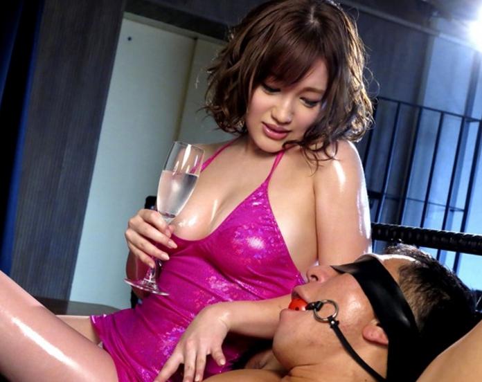 巨乳痴女お姉さんがオイル塗れの肉棒を素足コキで扱くの脚フェチDVD画像2