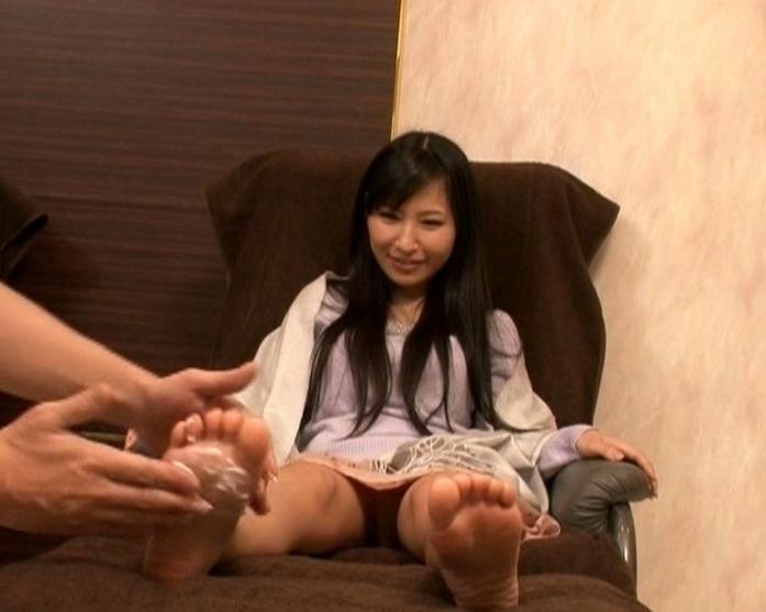 足つぼマッサージで発情した人妻が生足コキで痴女プレイの脚フェチDVD画像3