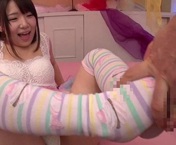 エッチなおねだりしちゃうロリ娘がニーハイソックスで足コキ責めの脚フェチDVD画像5