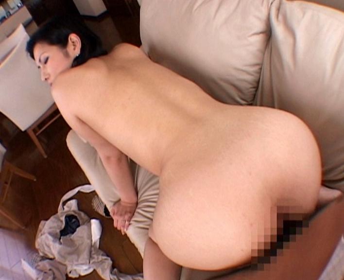 フェロモン溢れるお色気熟女が息子の肉棒を生足コキの脚フェチDVD画像3