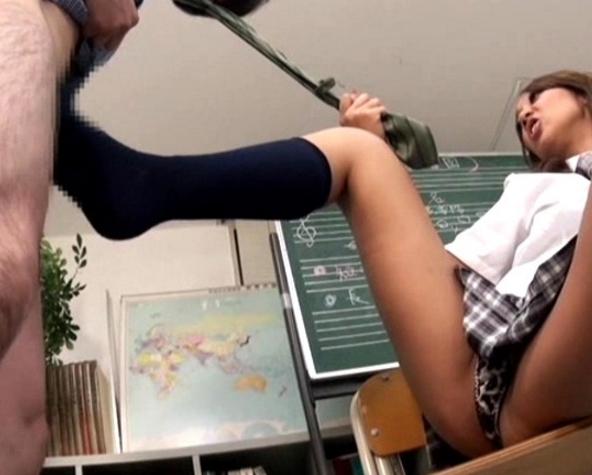 ドエス女子校生がオヤジを靴コキや高速手コキで責めまくるの脚フェチDVD画像3