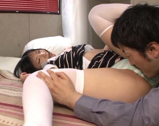 縞パンロリータの白ニーハソックス足裏で足コキさせ着衣SEXの脚フェチDVD画像2