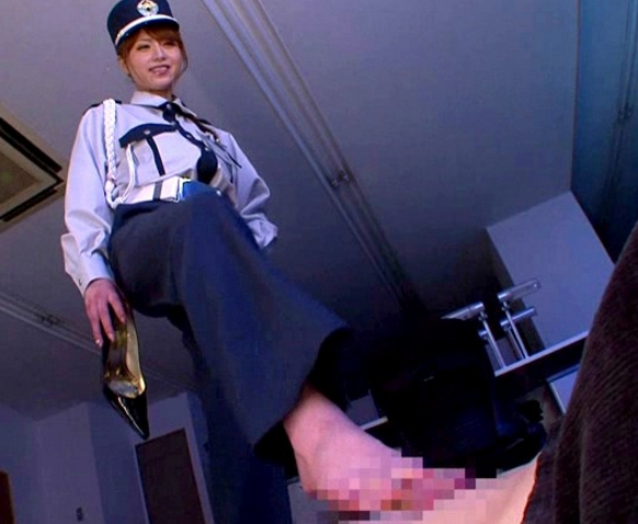 女警備員の吉沢明歩が上から目線でヒールコキや生足コキ責めの脚フェチDVD画像1