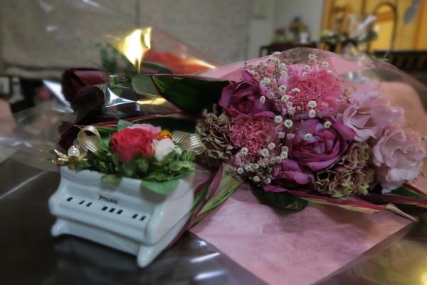 花束に囲まれて