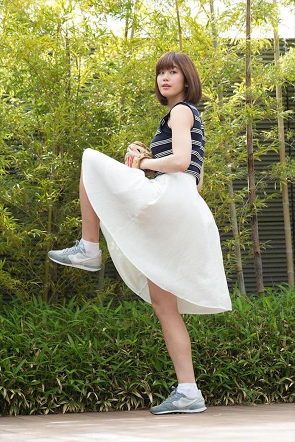 神スイング!で話題の稲村亜美の魅惑の太もも画像 10