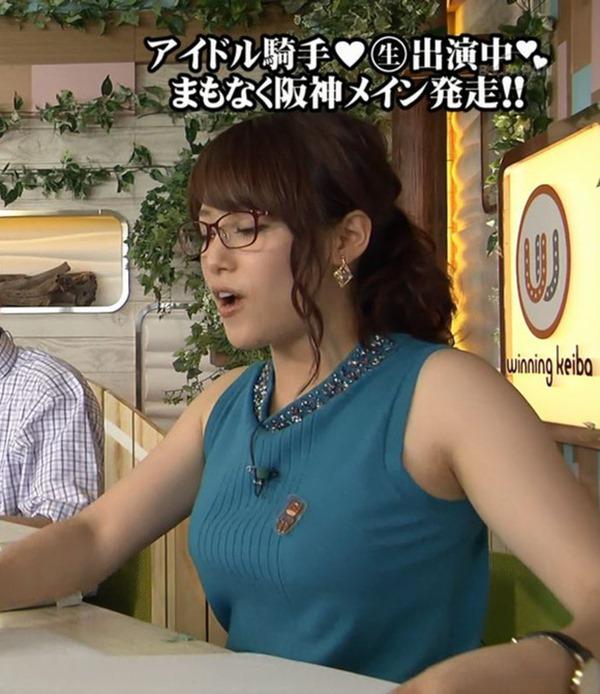 テレ東 鷲見玲奈アナを撮る横乳カメラ画像13