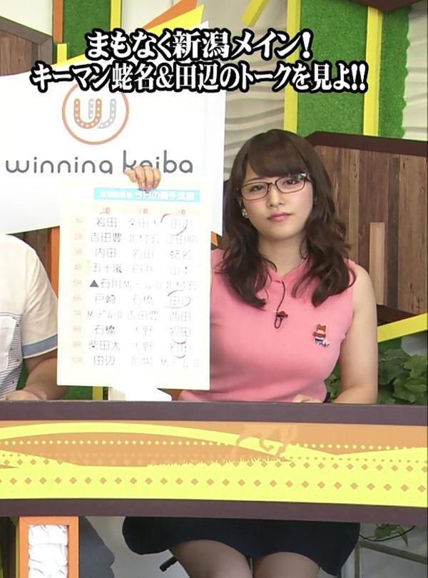 テレ東 鷲見玲奈アナを撮る横乳カメラ画像14