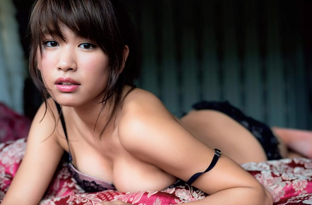 (女性アイドルが晒した限界セミぬーど写真)衝撃的な美しい乳ぬーどを待つ☆