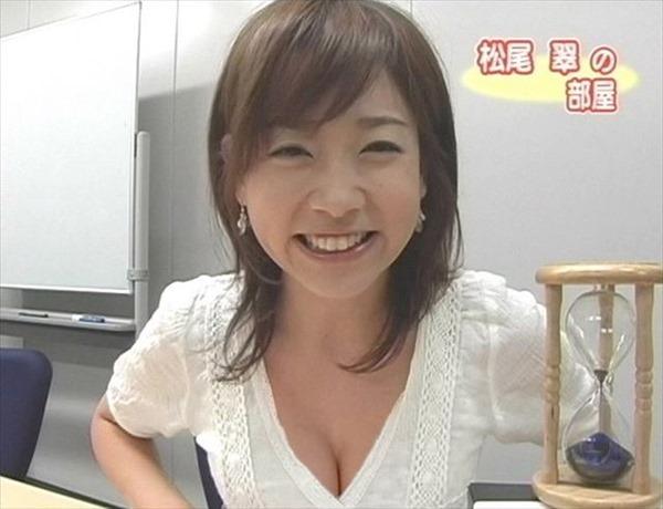 胸元が緩い女子アナウンサー胸チラ画像12