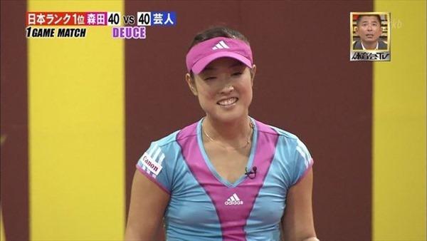 女子テニスプレーヤーが試合中に透け乳首してる画像14