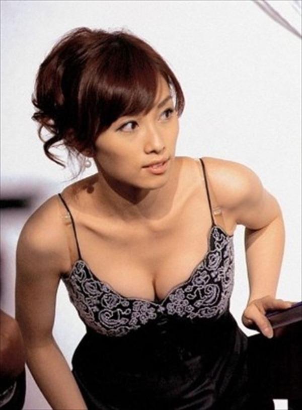 胸元が緩い女子アナウンサー胸チラ画像14