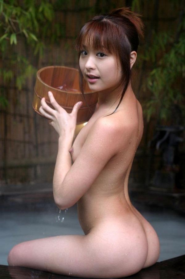 温泉お風呂に裸で入浴エロ画像15