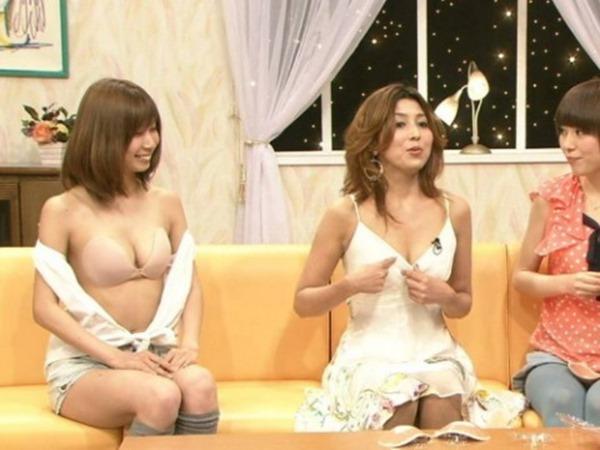 テレビショッピングの熟女キャスター達の胸チラ画像18