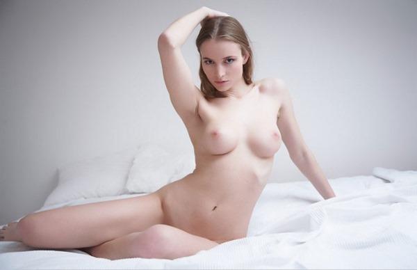 金髪外人の豊満セクシーピンク乳首ヌード白人エロ画像19