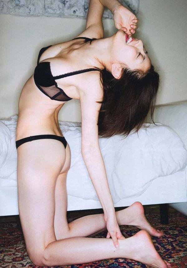 杉本有美の手ブラ巨乳セミヌード尻画像1