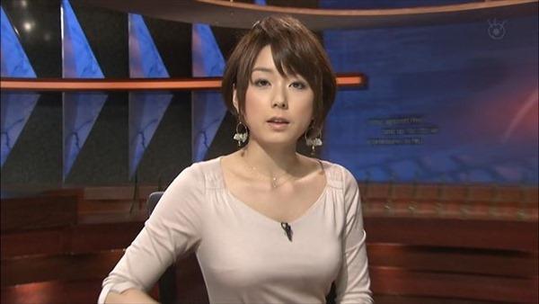 秋元優里アナの着衣巨乳・美脚エロ画像1
