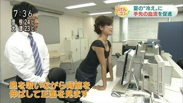 胸元が緩い女子アナウンサー胸チラ画像1