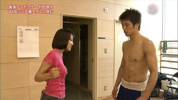 テレ朝の竹内由恵アナの胸の膨らみ、太腿、胸チラ2