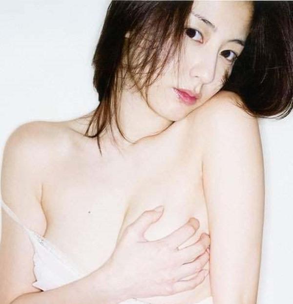 杉本有美の手ブラ巨乳セミヌード尻画像4