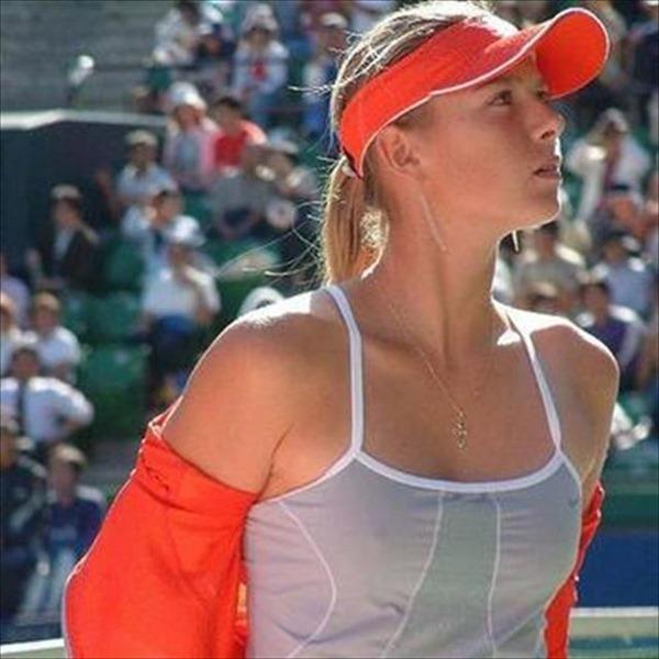 女子テニスプレーヤーが試合中に透け乳首してる画像4