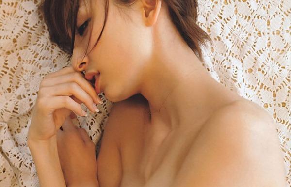 篠田麻里子のモリマン水着エロ画像5