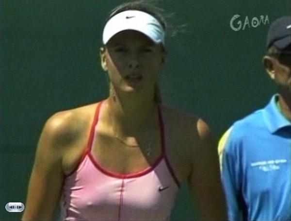 女子テニスプレーヤーが試合中に透け乳首してる画像5