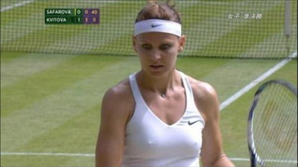 女子テニスプレーヤーが試合中に透け乳首してる画像9