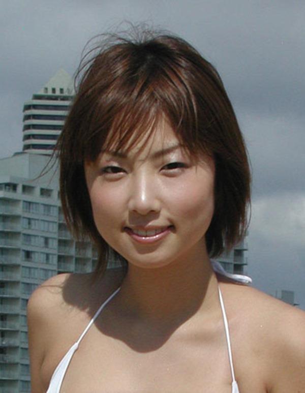 MEGUMIがテレビで谷間エロ画像16