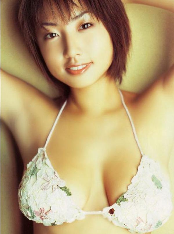 MEGUMIがテレビで谷間エロ画像19