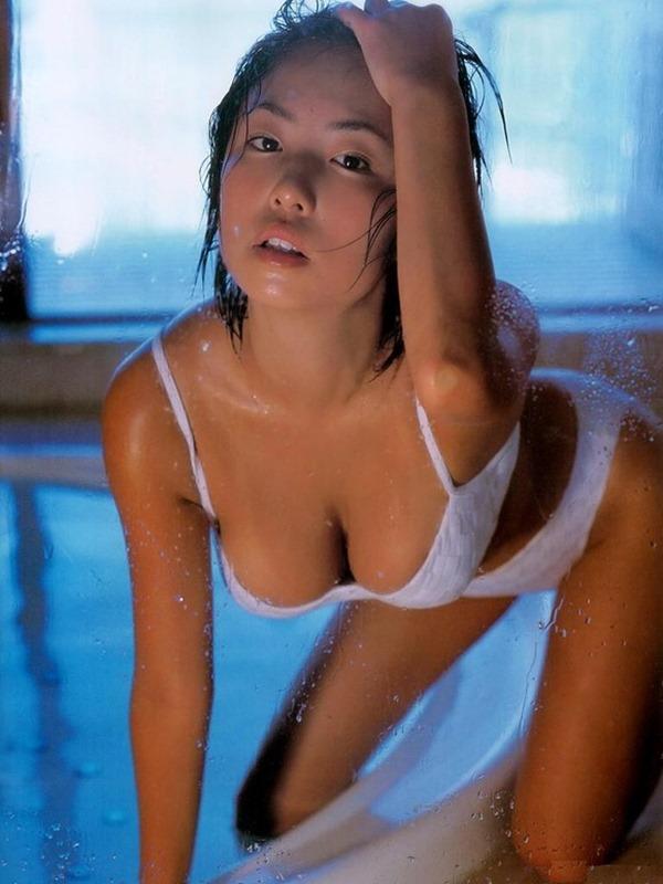 MEGUMIがテレビで谷間エロ画像3