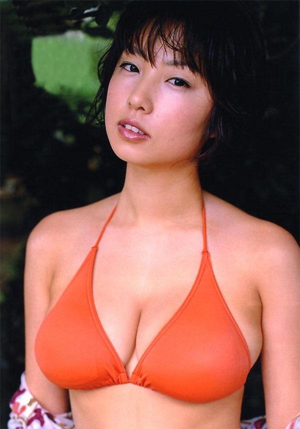 MEGUMIがテレビで谷間エロ画像5