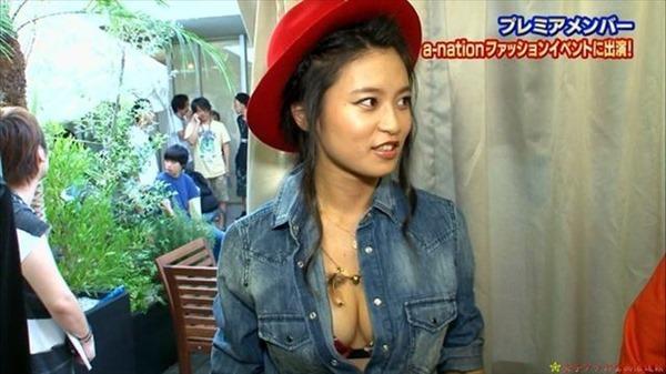 小島瑠璃子の水着姿の胸チラ谷間やTV出演時の谷間テレビキャプ画像