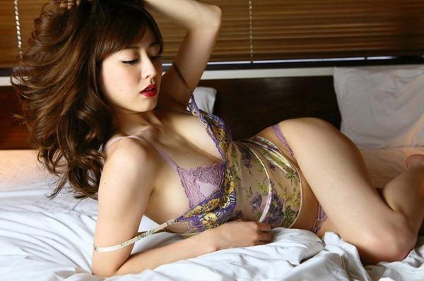 杉本有美の手ブラ巨乳セミヌード尻画像