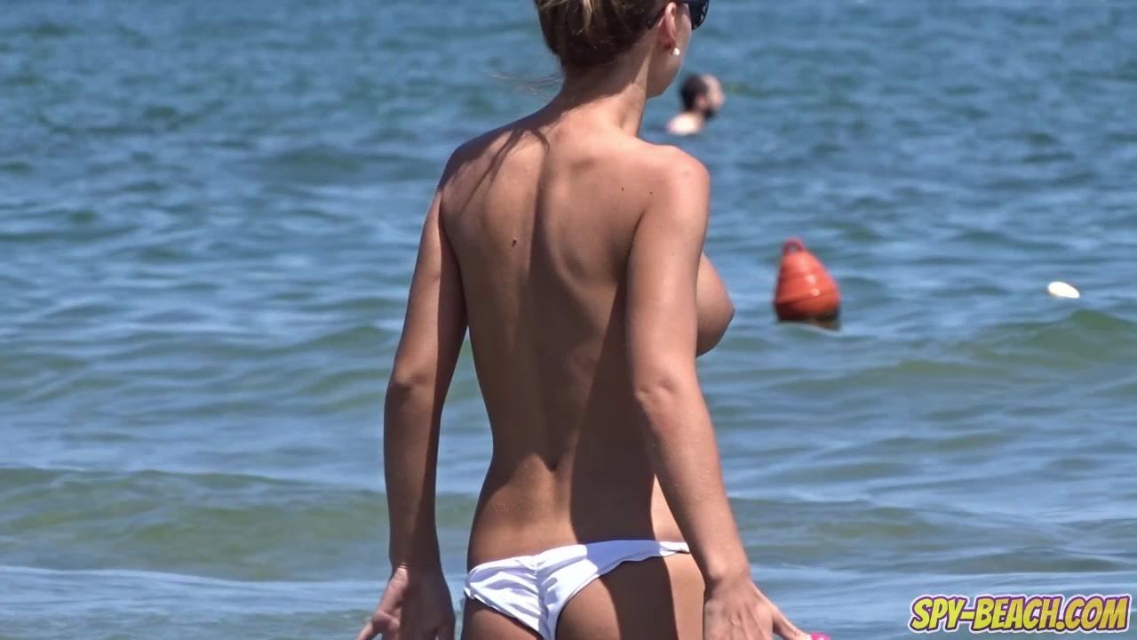 ビーチでおっぱい丸出しのムチムチ娘たちをカメラが捉えた!