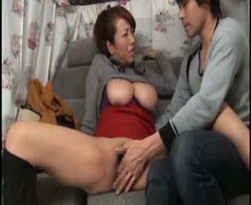 セックスフレンドがいるというドスケベ爆乳セレブ熟女!車内に連れ込んで卑猥なアンケートを実施!藤下梨花