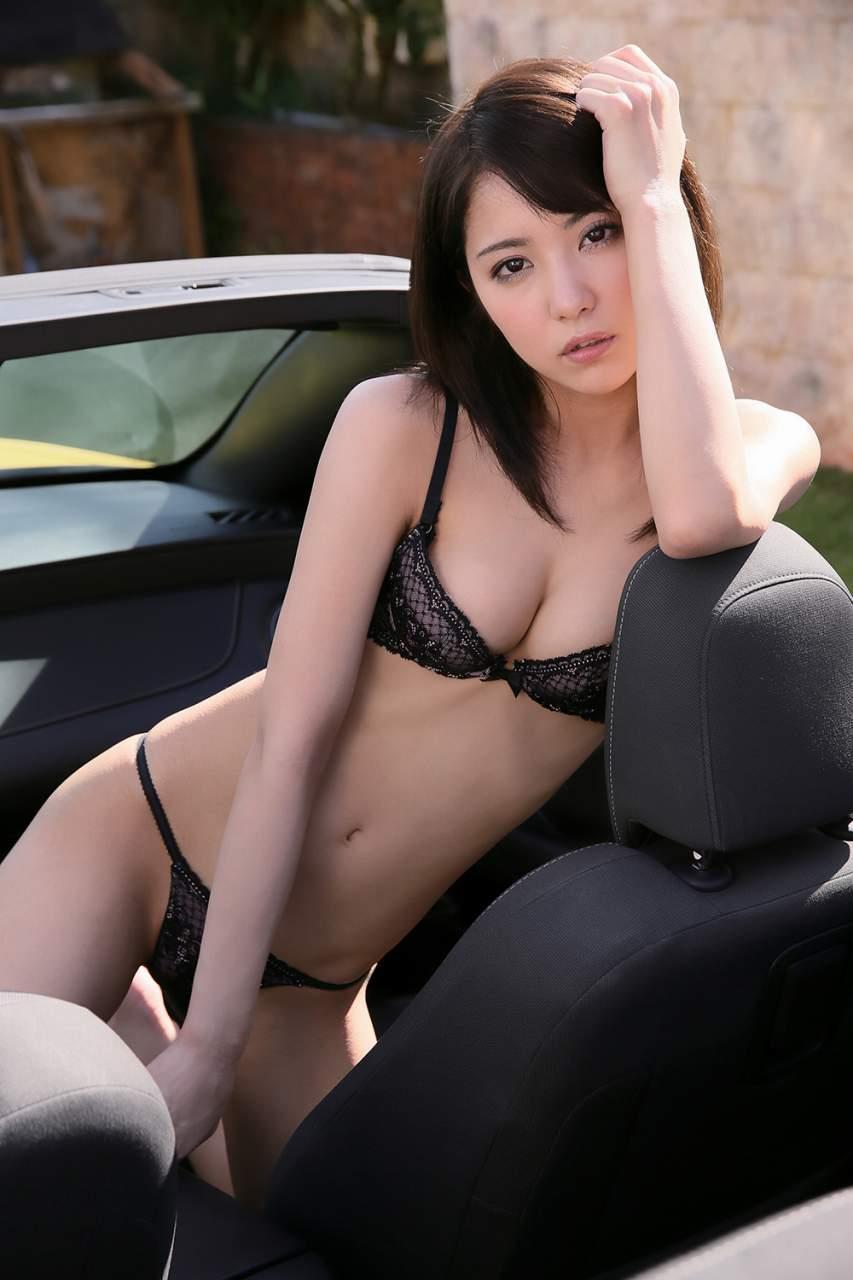 黒下着の色白お姉さんが清楚かつセクシーな画像